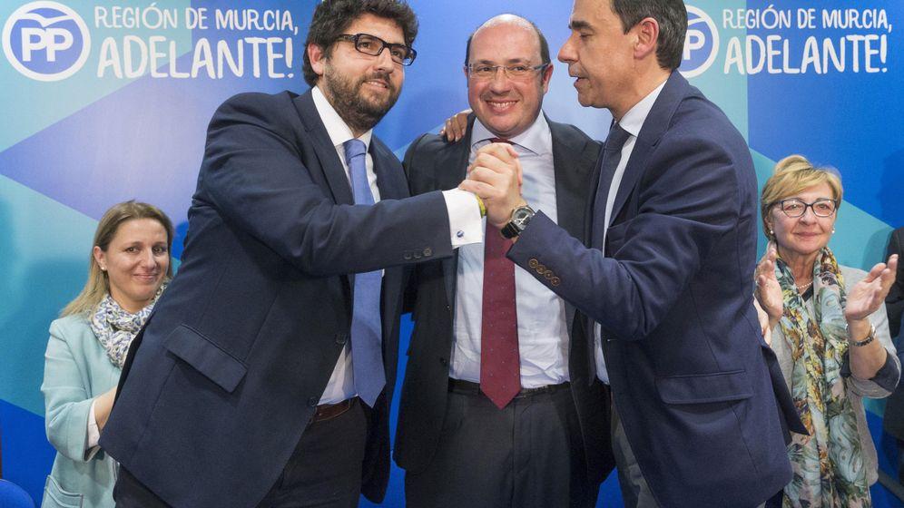 Foto: Fernando Martínez-Maillo, junto a López Miras (actual presidente de Murcia, a la izquierda) y Pedro Antonio Sánchez (c). (EFE)