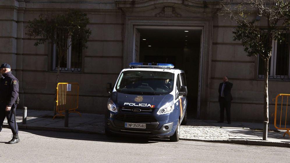 Foto: Un furgón policial, a su llegada al Tribunal Supremo. (EFE)