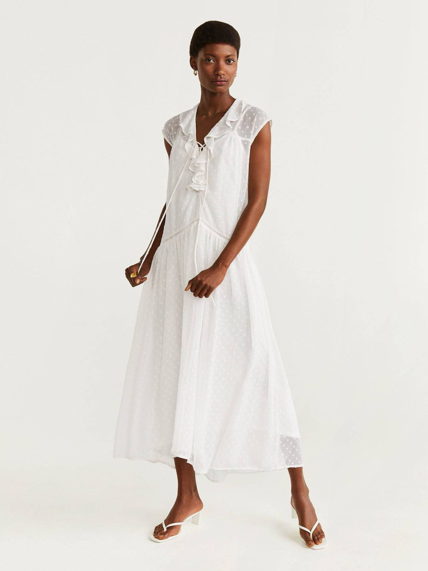 El vestido de plumeti de Mango Outlet. (Cortesía)