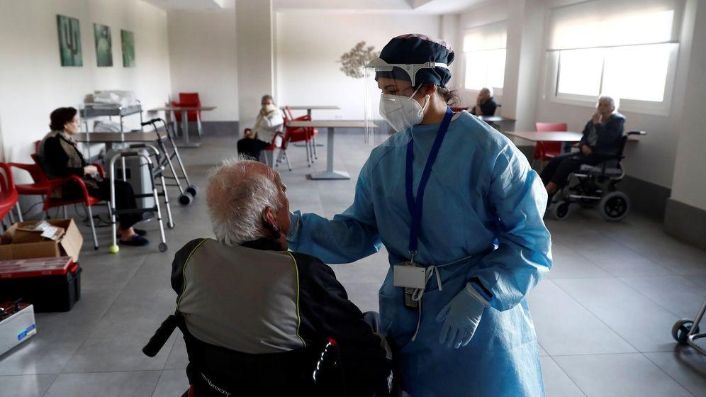 Foto: Cuidados y desinfección en la residencia Casablanca, en Villaverde (Madrid). (EFE)