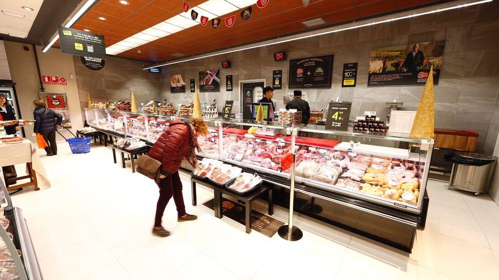 Foto: Una mujer adquiere un producto en la zona de charcutería de un supermercado BM. (EC)