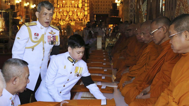 Rama X, con su hijo haciendo una ofrenda, en una imagen de archivo. (EFE)