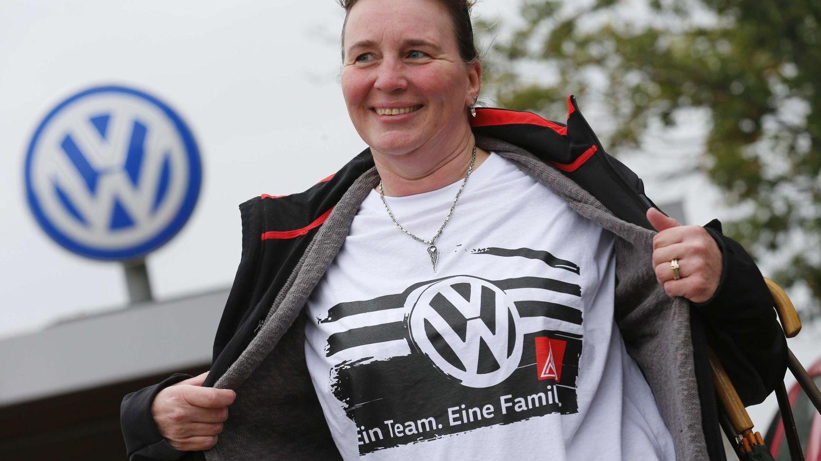 Foto: Una empleada de Volkswen luce el emblema de la compañía. (Reuters)