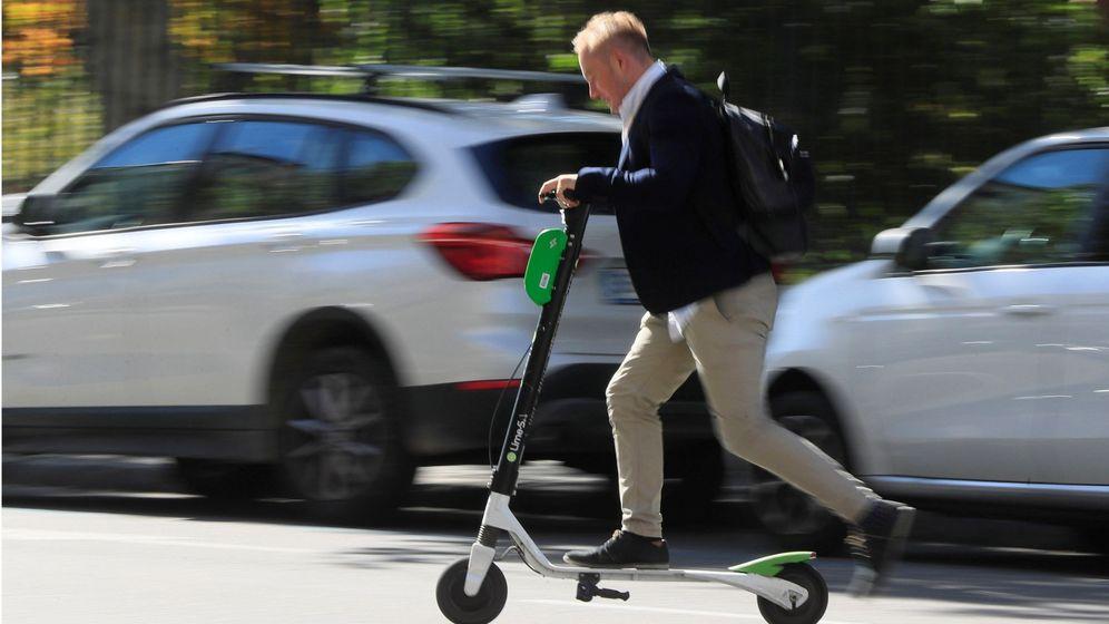 Foto: Un usuario conduce un patinete eléctrico. (EFE)