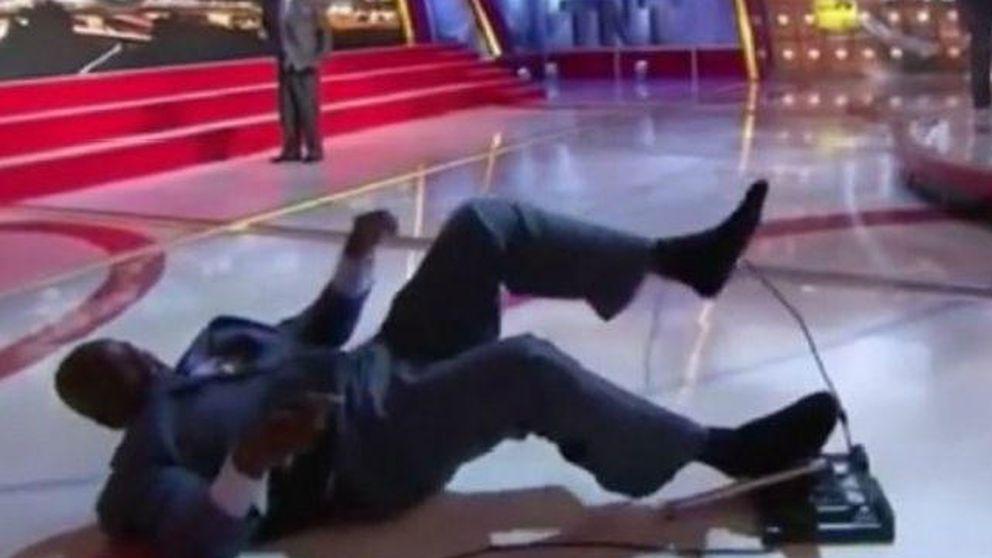 Shaquille O'Neal se cae en un programa en directo