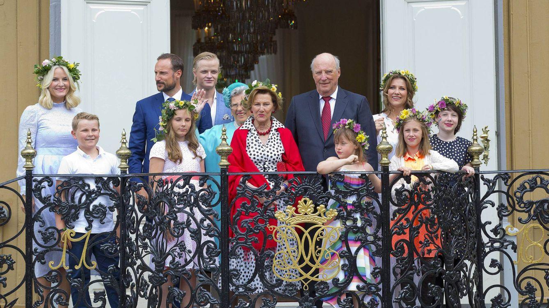 Foto:  La familia real, menos Ari Behn, saluando desde el balcón