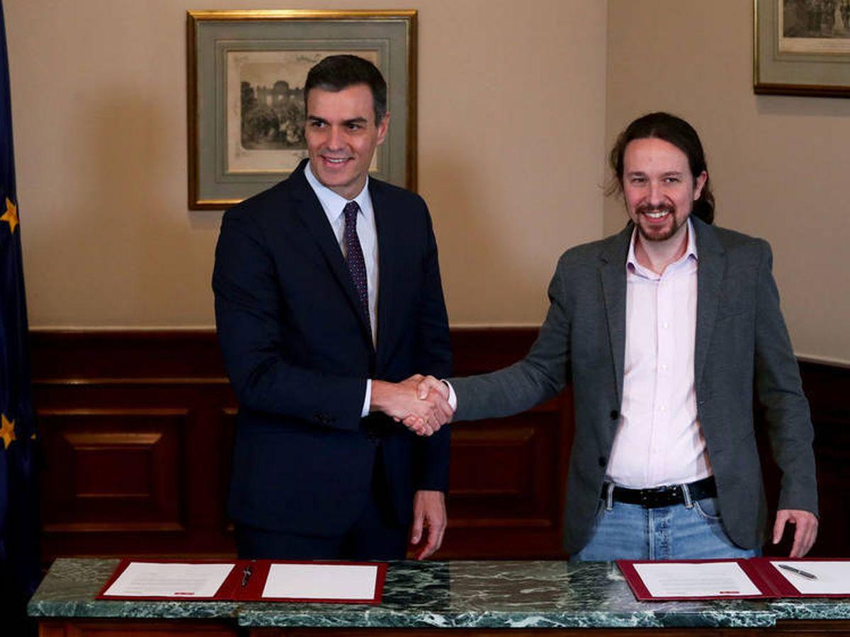 Foto: Pedro Sánchez y Pablo Iglesias, tras la firma del preacuerdo para el Gobierno de coalición. (Reuters)