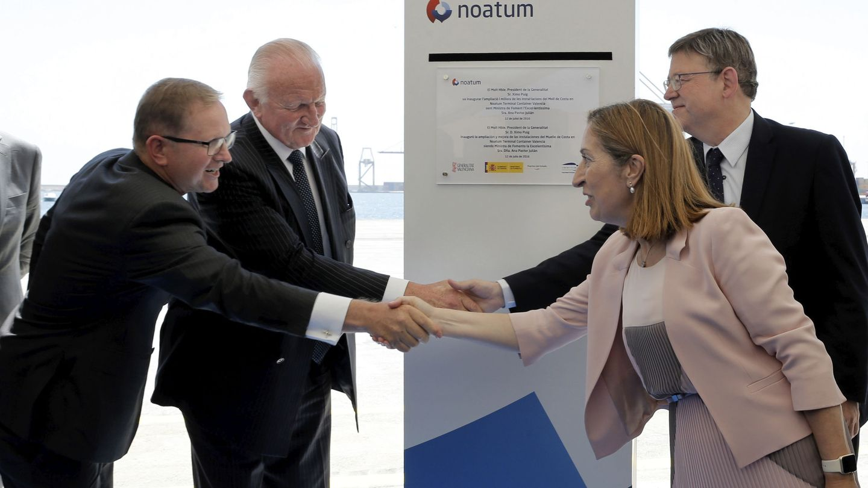 Ana Pastor y Ximo Puig saludan al presidente de Noatum, Chris Gray, y al CEO, Douglas Schultz. (EFE)