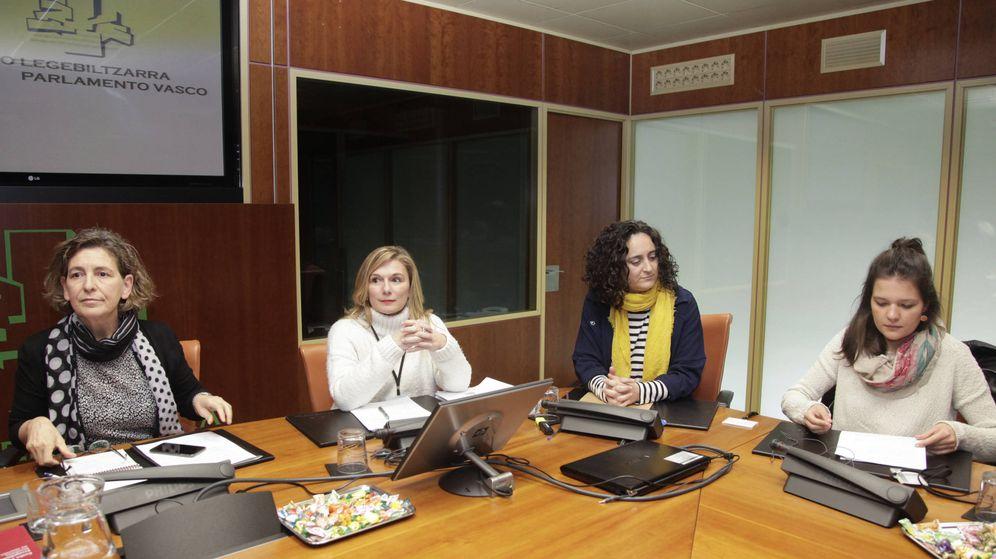 Foto: Patricia Velez (i), portavoz de Etxerat, Maider Viso (c) y Olatz Iglesias, hija de Gadafi. (EC)