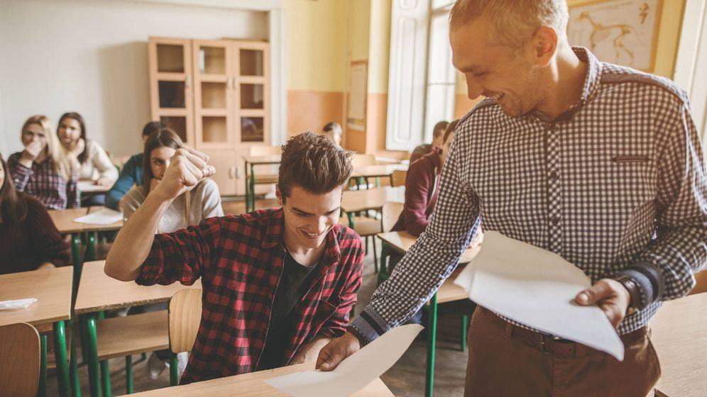 Foto: Un profesor, repartiendo exámenes. (iStock)