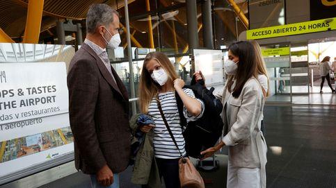 Del bolso bandolera de Leonor a las zapatillas blancas: los looks de la despedida en el aeropuerto