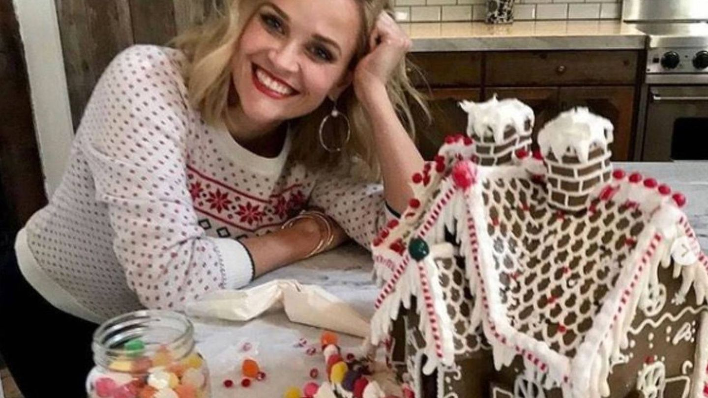Reese Witherspoon con su casita de jengibre. (Instagram @reesewitherspoon)