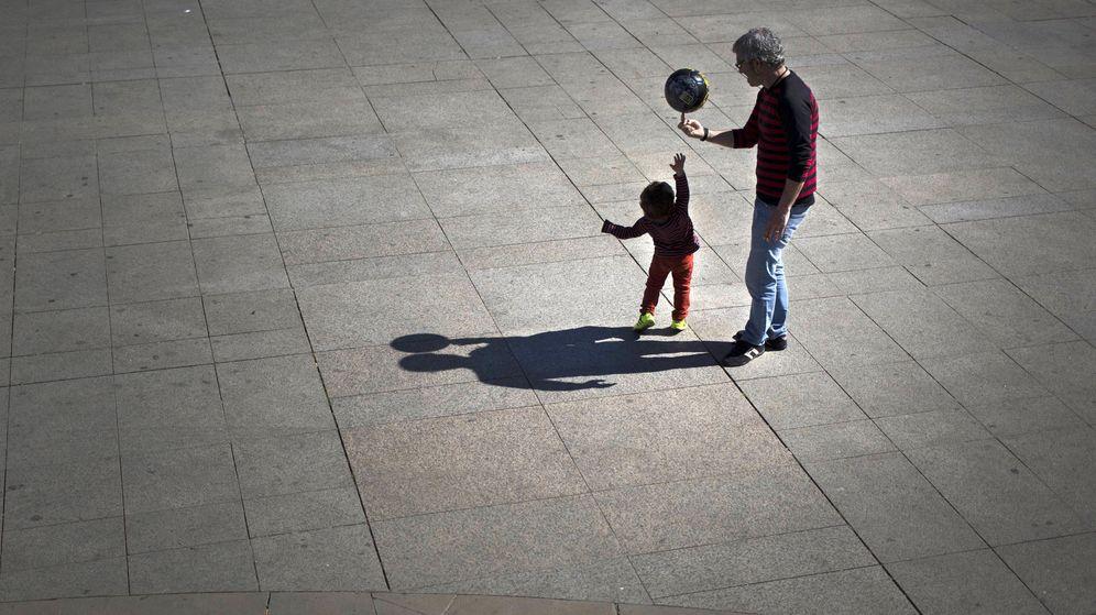 Foto: Un padre juega con su hijo en la plaza del Castillo de Pamplona. (EFE)
