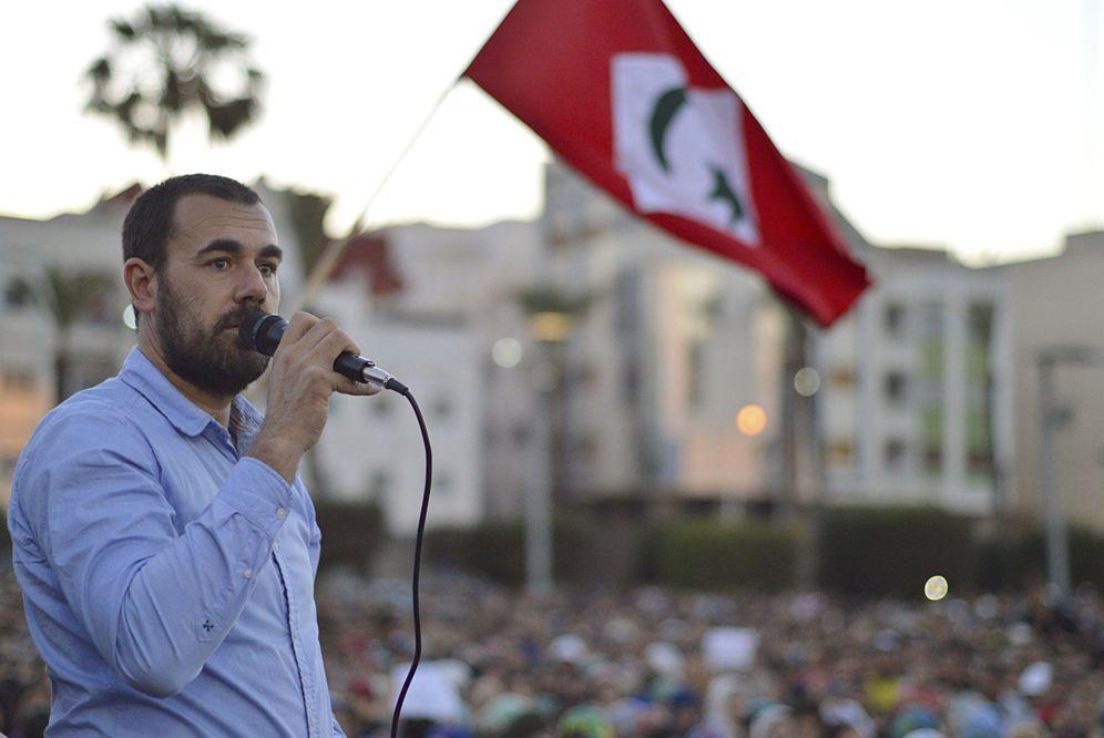 Foto: Naser Zafzafi, durante una arenga ante decenas de miles de personas al final de una marcha multitudinaria celebrada el pasado jueves en Alhucemas. (EFE)