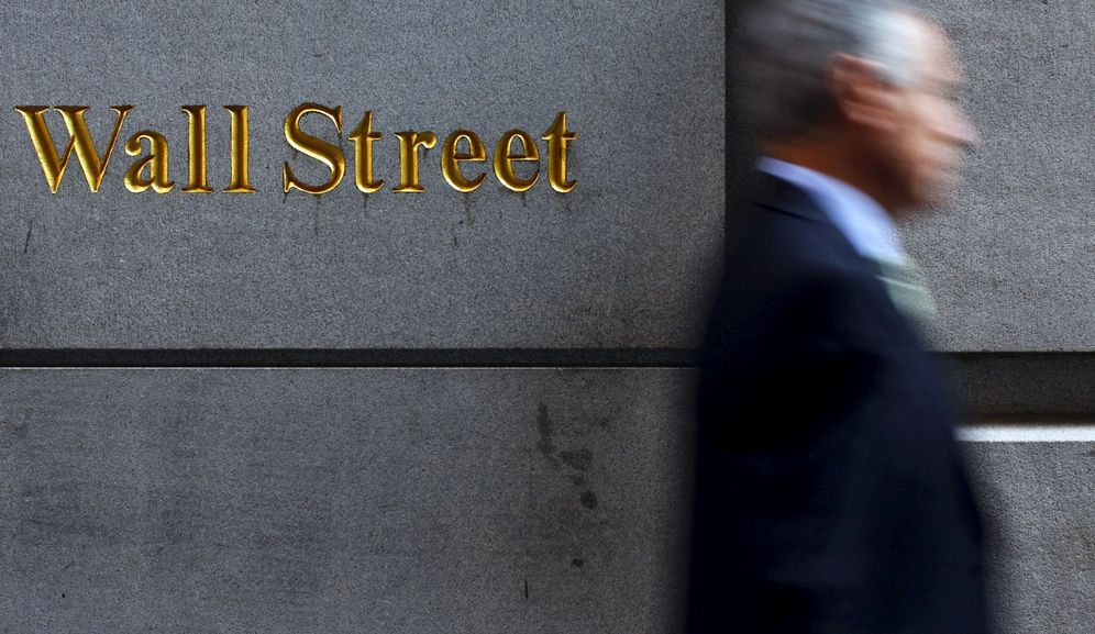 Foto: File photo of a man walking along wall street in new york