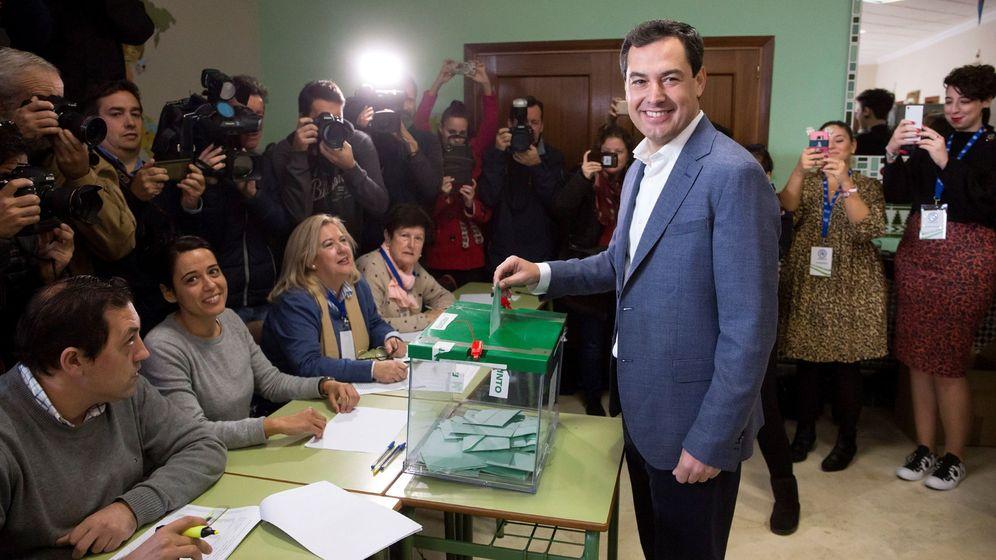 Foto: Juanma Moreno, votando en Málaga. (EFE)