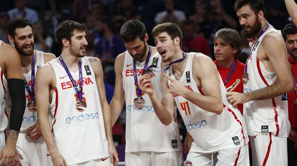 Foto: Joan Sastre, Juancho Hernangómez y Pierre Oriola ganaron su primera medalla con la selección. (Reuters)
