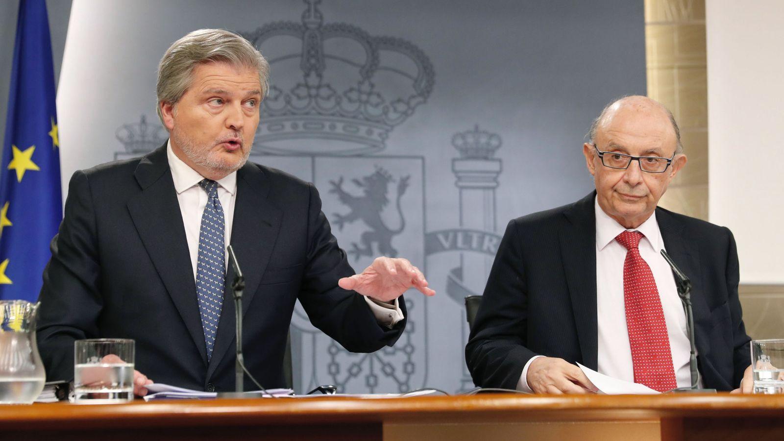Foto: El ministro de Hacienda, Cristóbal Montoro (d), y el portavoz del Gobierno, Íñigo Méndez de Vigo, durante la rueda de prensa posterior a la reunión del Consejo de Ministros. (EFE)