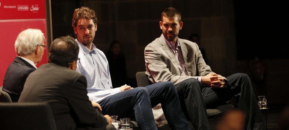Foto: Pau y MArc Gasol, durante la charla con la Cámara de Comercio de Barcelona.