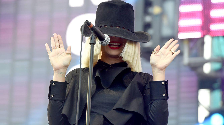 Sia, a los 45 años: la muerte de su gran amor, bisexualidad, adicciones, citas Tinder y una fama sin rostro