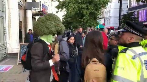 La policía arresta a un hombre disfrazado de brócoli en las protestas contra el cambio climático en Londres
