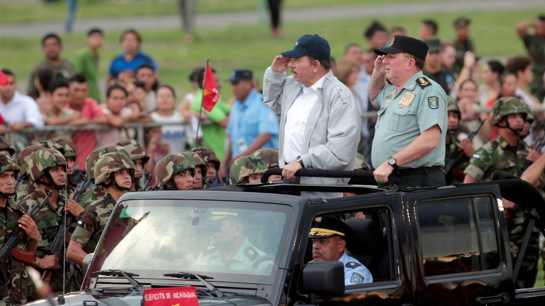 Daniel Ortega y el general Julio César Avilés durante un desfile militar en Managua. (Reuters)