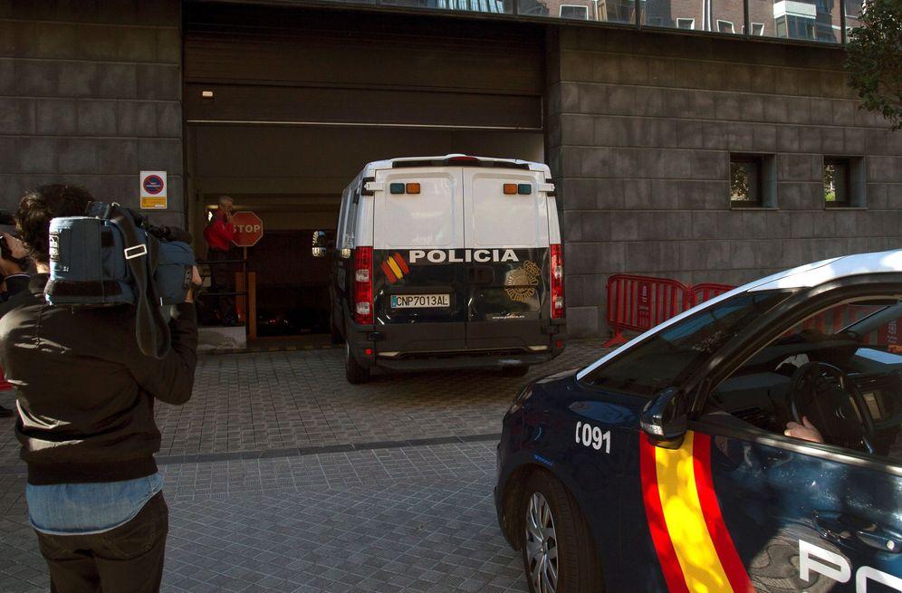 Foto: Los tres condenados presentes en la vista, a su llegada a la Audiencia de Navarra en el furgón policial. (EFE)