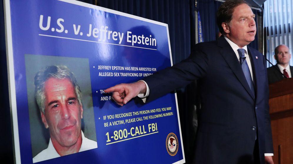Foto: Geoffrey berman points to a photograph of jeffrey epstein in new york