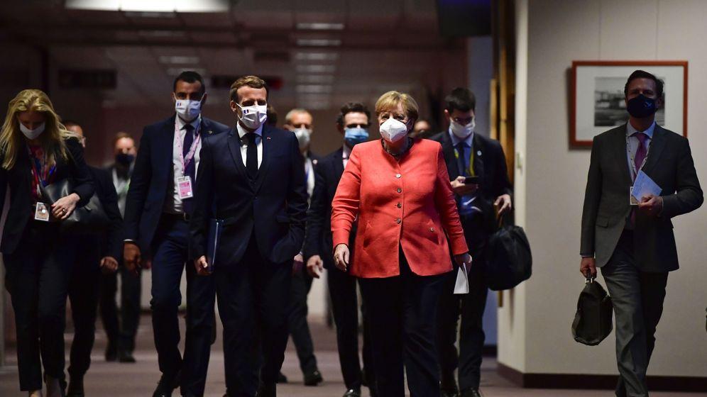 Foto: Emmanuel Macron y Angela Merkel, a su llegada a la rueda de prensa una vez alcanzado el acuerdo en el Consejo Europeo. (EFE)