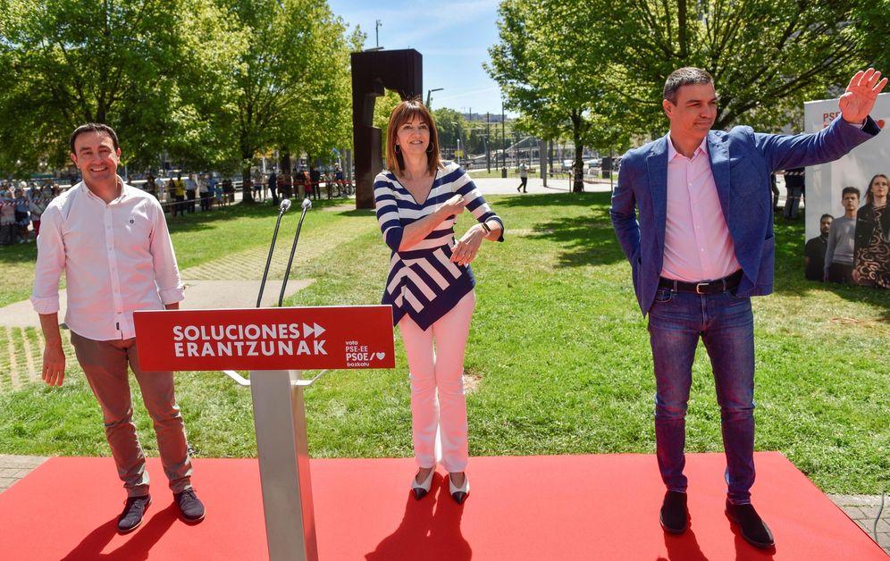 Foto: Pedro Sánchez, junto a Idoia Mendia y el secretario general del PSE en Bizkaia, Mikel Torres, este 5 de julio en Bilbao. (EFE)
