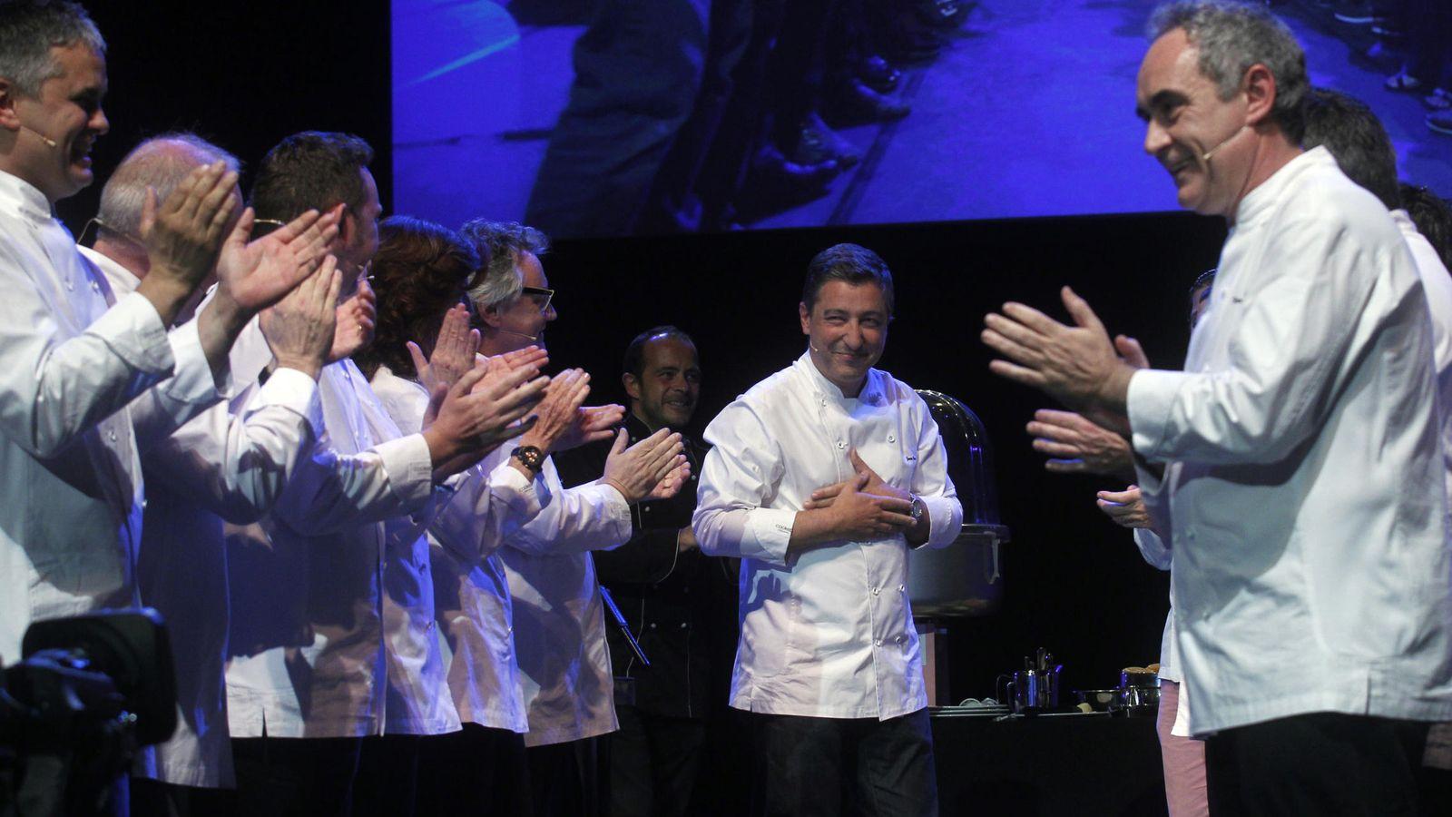 Foto: Ferran Adrià y otros chefs aplauden a Joan Roca, cocinero jefe del mejor restaurante del mundo. (iStock)