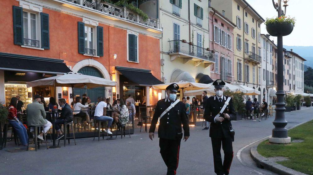 Foto: Dos policías en la Piazzale Arnaldo, en Brescia, Italia. (EFE)