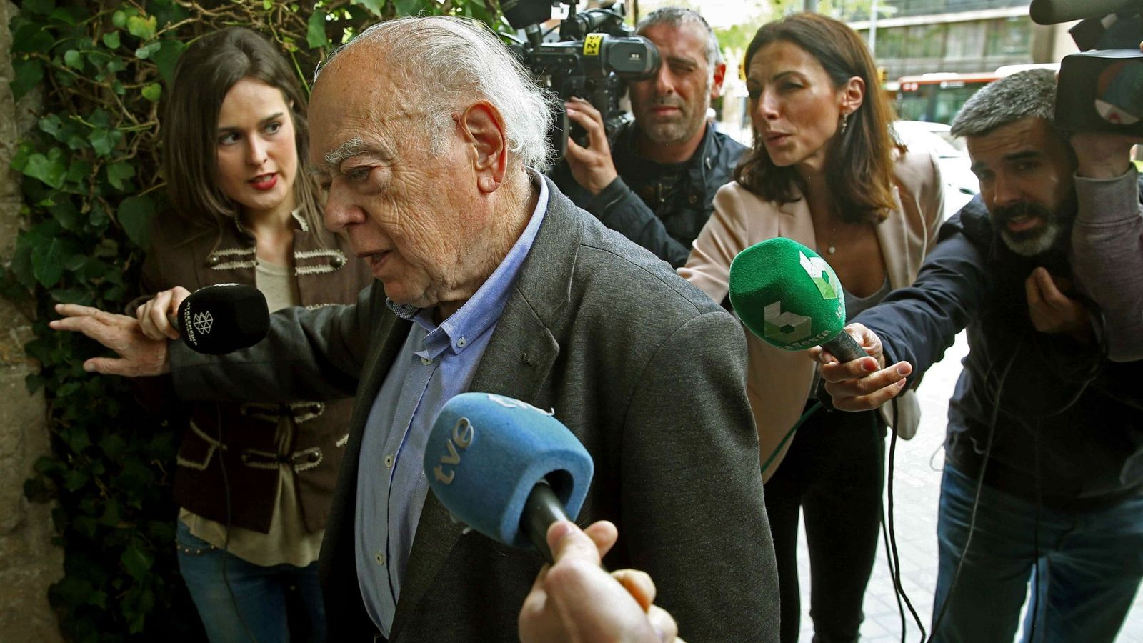 Foto: Jordi pujol, a su llegada a su domicilio de Barcelona. (EFE).