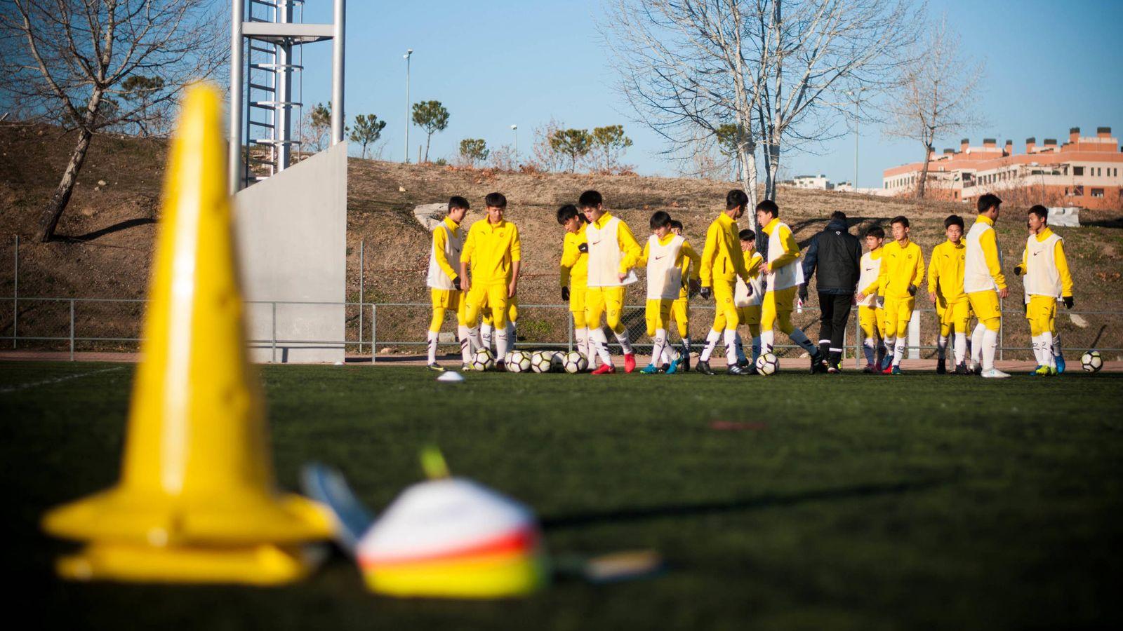 Foto: El equipo cadete de la Evergrande Football School de Madrid se entrena en Alcobendas. (Carmen Castellón)