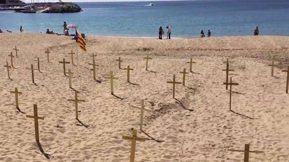 Foto: Así es el 'cementerio independentista' en las playas de Cataluña.