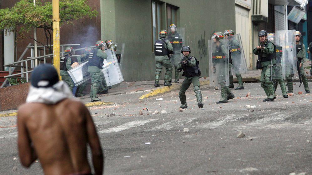 Foto: Opositores se enfrentan a las fuerzas de seguridad durante protestas en Caracas. (Reuters)