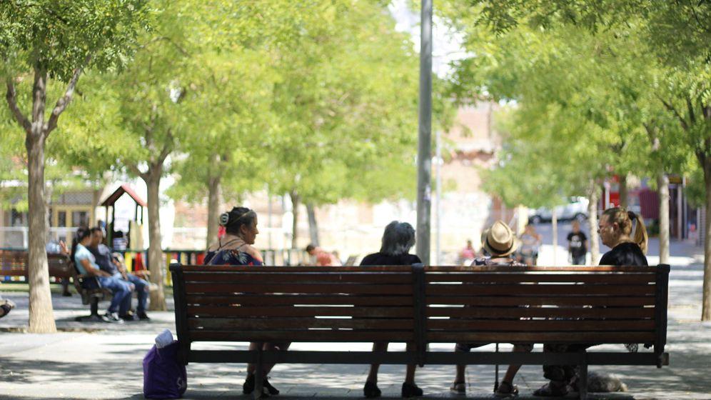 Foto: Un grupo de mujeres charla en la plaza Vieja de Vallecas. (J. Bocanegra)