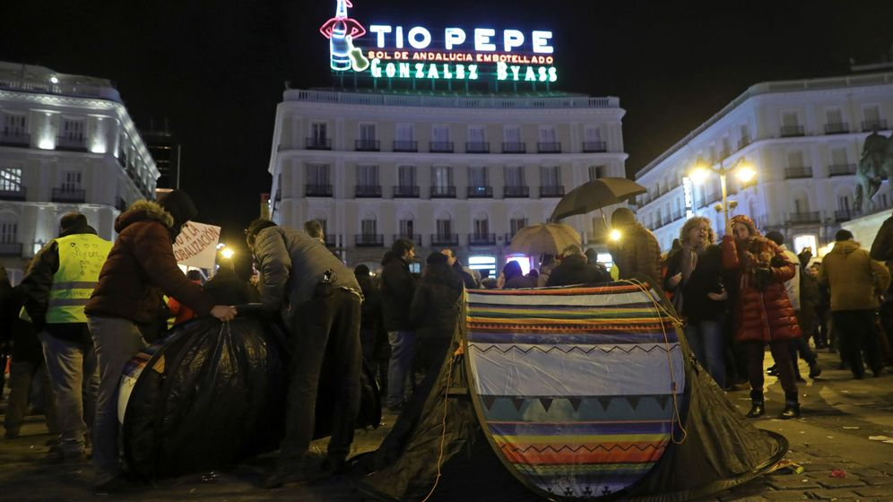 Foto: Los taxistas de Madrid colocan tiendas de campaña en la Puerta del Sol donde permanecerán concentrados. (EFE)