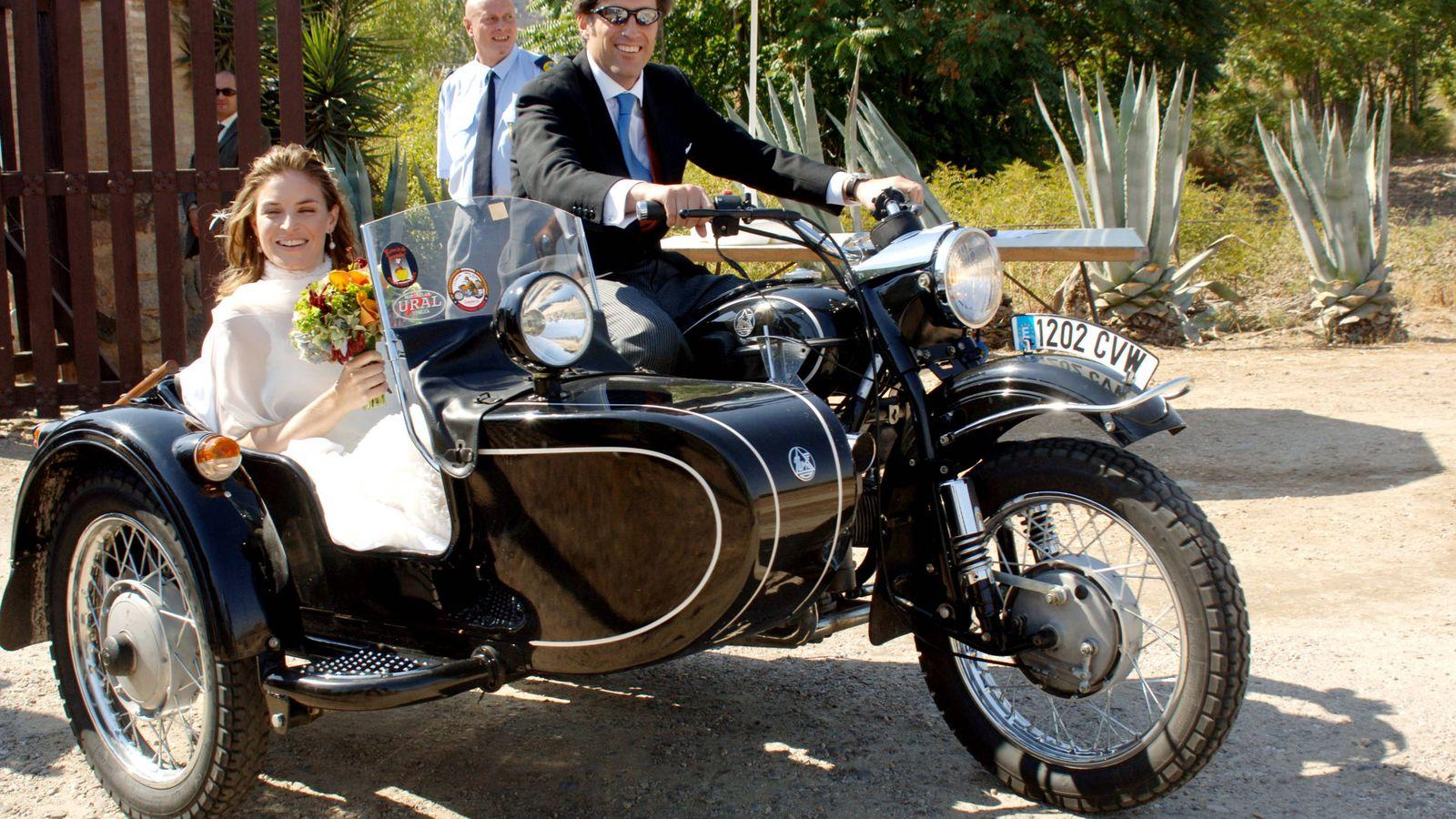 Foto: Nathalie Picquot, CEO de Twitter España, el día de su boda en Toledo con Álvaro Fernández de Araoz Gómez-Acebo en 2005. (Korpa)