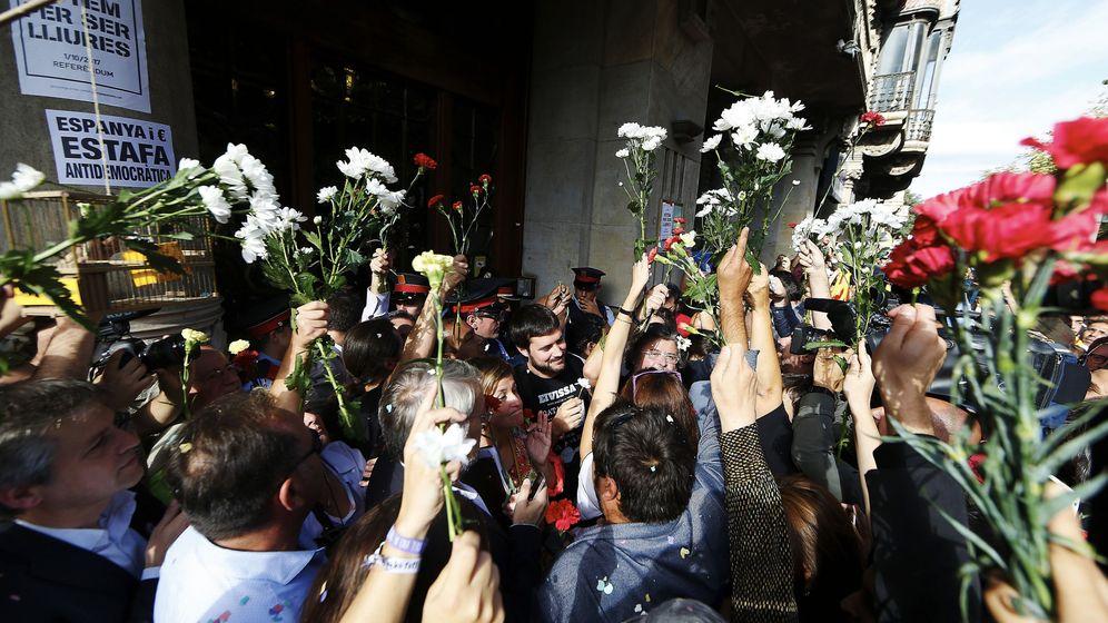 Foto: Cientos de personas se concentraronn ante la sede de la conselleria de Economía. (EFE)
