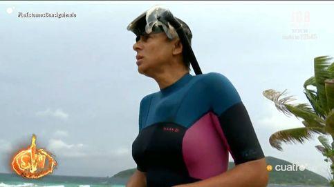 La organización de 'SV' saca del mar a Ana María Aldón en plena tormenta
