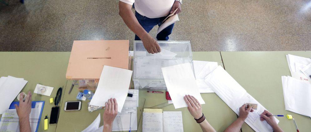 Foto: Un hombre deposita su voto en la urna electoral. (EFE)