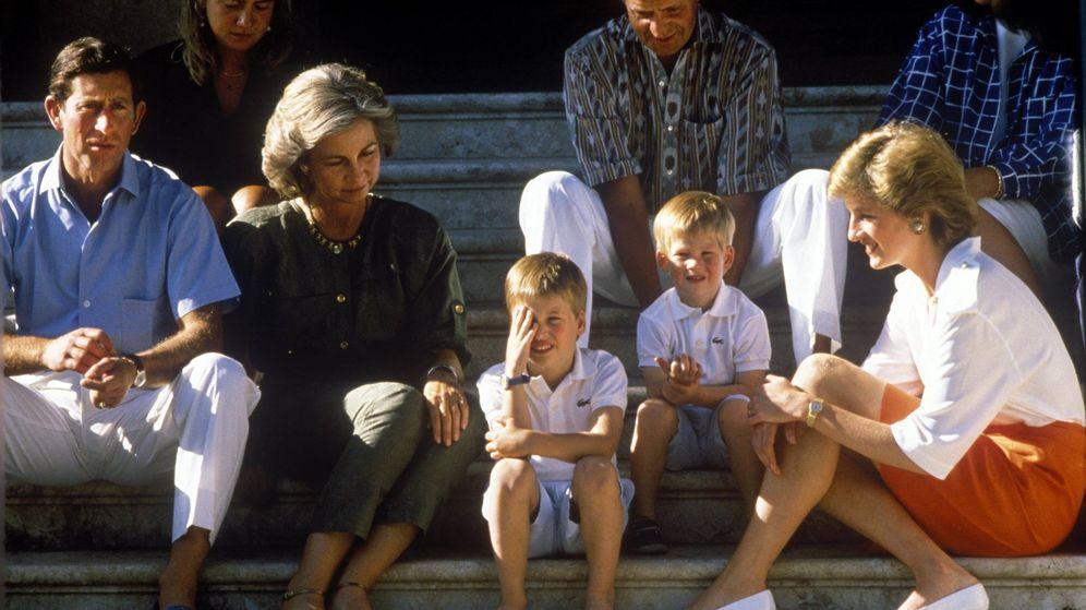 Foto: Carlos, Diana, los reyes Sofía y Juan Carlos y sus hijos en Marivent. (Cordon Press)