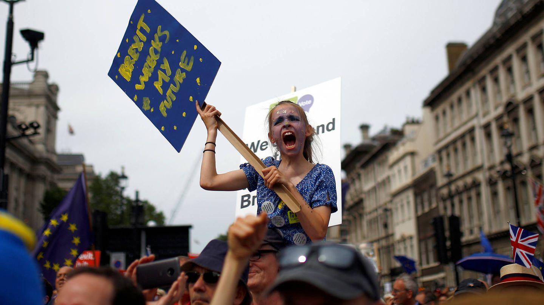 Manifestantes antiBrexit de la plataforma 'People's Vote' marchan por el centro de Londres. (Reuters)