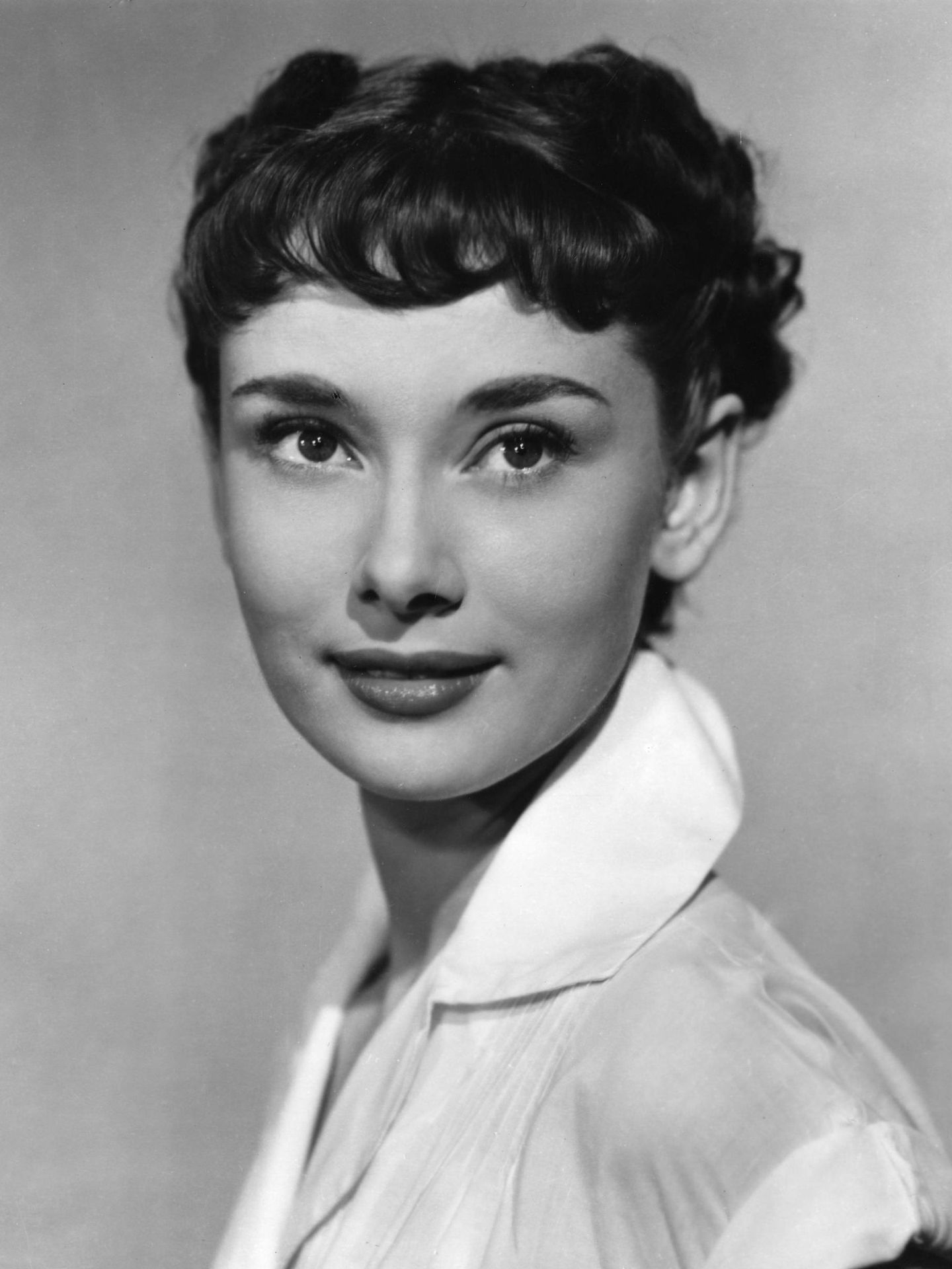 Audrey Hepburn, en 1953 durante el rodaje de 'Vacaciones en Roma' con el baby bang y el corte de pelo que le dieron la fama. (Cordon Press)