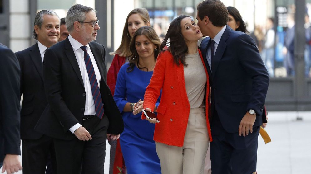 Foto: Albert Rivera, acompañado de algunos de sus diputados en la sesión constitutiva de las Cortes la pasada legislatura.