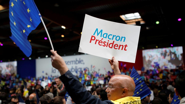 Un seguidor de Emmanuel Macron, con la bandera de la Unión Europea. (Reuters)