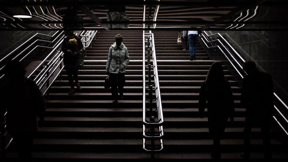 Foto: Ir andando al trabajo y subir y bajar escaleras son dos buenas formas de quemar calorías (EFE/Roman Pilipey)