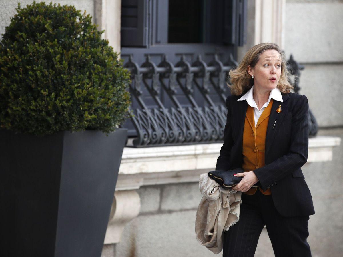 Foto: La vicepresidenta de Asuntos Económicos, Nadia Calviño, a su llegada al Congreso. (EFE)