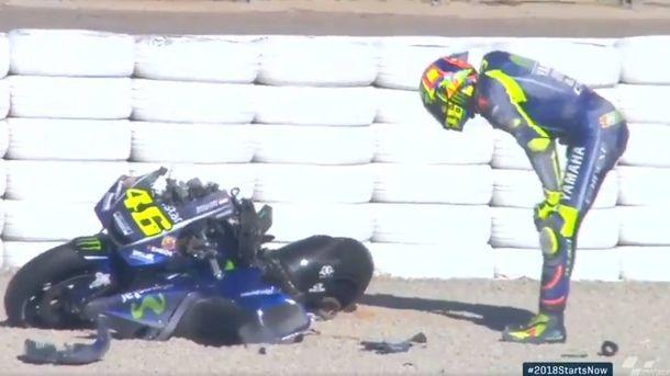 Foto: Valentino Rossi observando su Yamaha M1 tras el accidente de este martes.